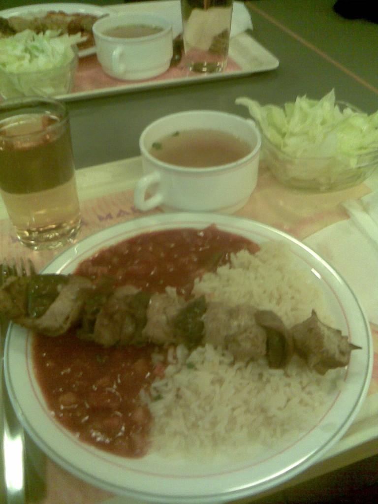 Miotrtwoch Speise - Gebratener Hühnerspieß auf Ratatouille mit Butterreis und Eisbergsalat